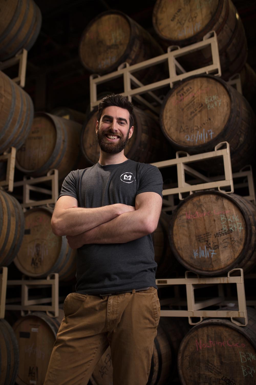 William Marin - Brasseur en chefLe Panoramix de l'équipe.Armé d'un bacc en géographie, William est conseiller à la SAQ depuis plus de 12 ans. Son savoir pour les produits d'ici et d'ailleurs est surprenant. Il ne va pas sans dire que cela l'inspire à créer des recettes qui sortent de l'ordinaire. C'est assez simple : si tu ne recommandes pas deux fois ses bières, c'est que c'est pas ses bières.