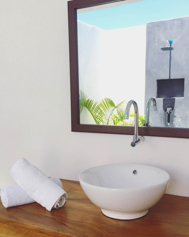 Swim-Up Suite_Bathroom.JPG