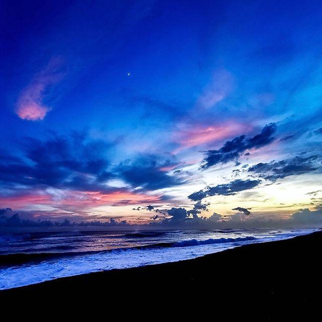 Paredón Sunsets • • 📷 Gracias @gregbfd 📷 • •  #swell #swellhotel #elparedon #boutiquehotel #lush #vacation #travel #voyage #wanderlust #laidback #design #bohochic #bohostyle #barefoot #travel #surf #sea #sun #sombrero #garden #pool #guatemala #swellguatemala #centralamerica #surfguatemala #architecture #archdaily #guatemala #centralamerica