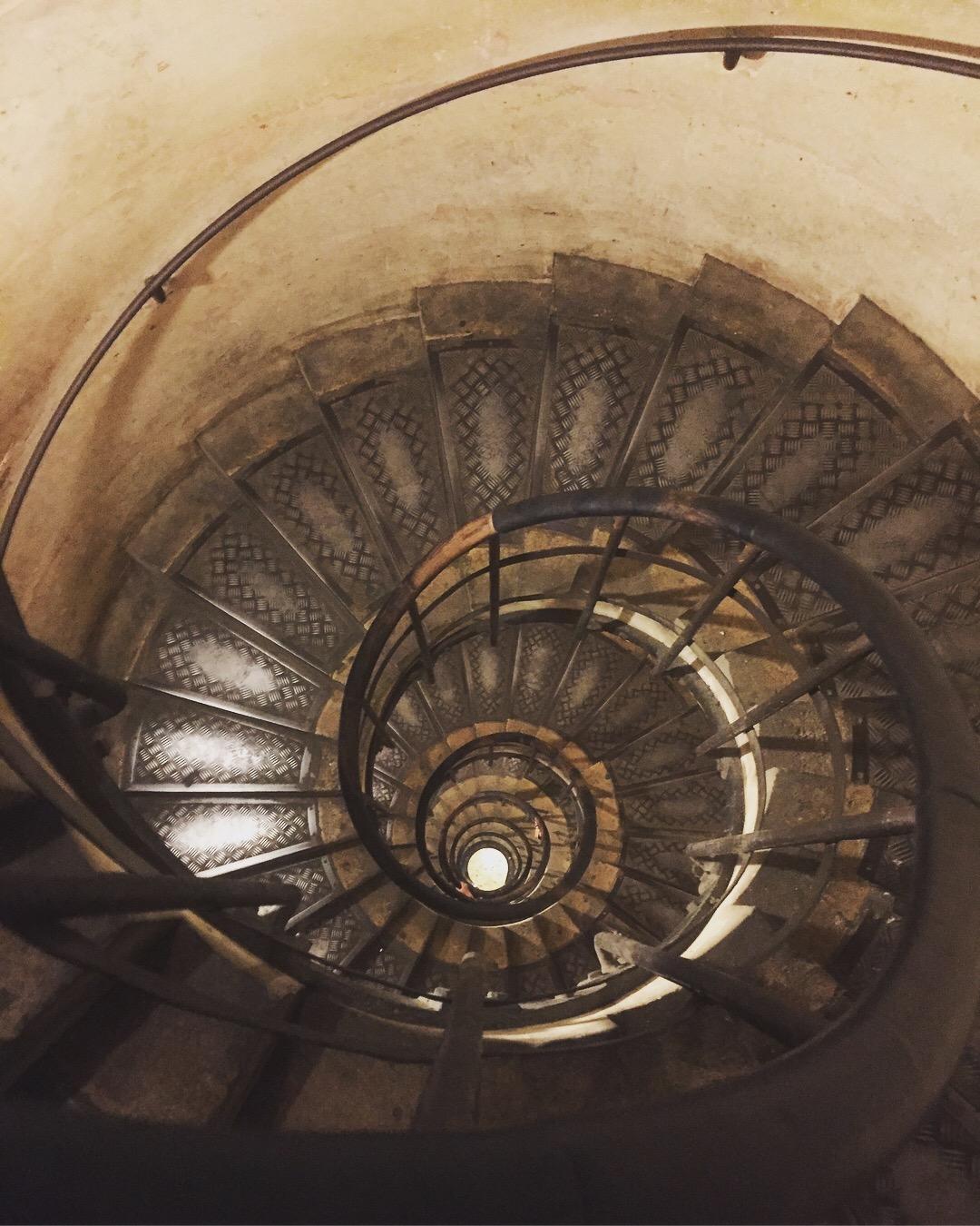 arch de triumph stairs