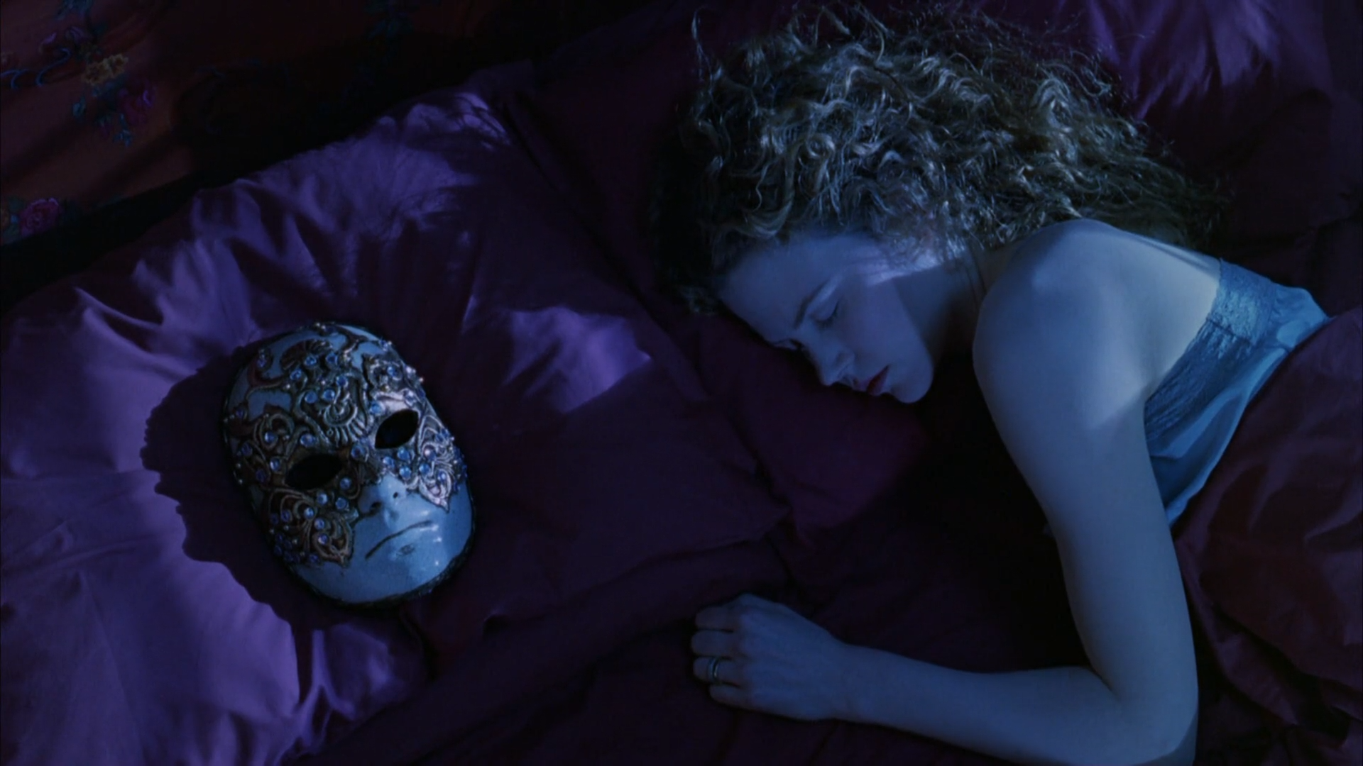 Eyes-Wide-Shut-Alice-in-bed-with-the-mask.png