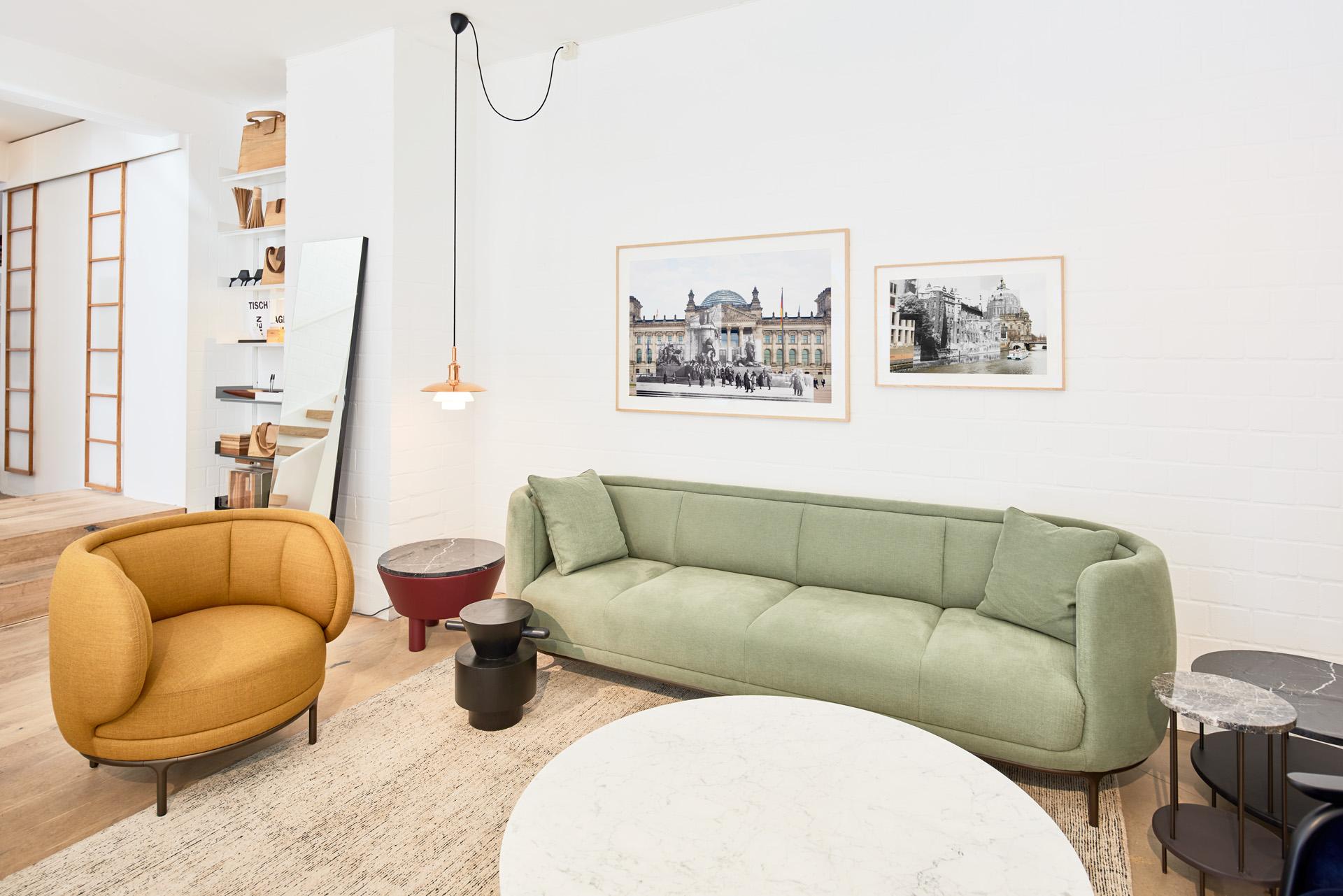 Raumansicht: Collagen aus Caspar Sesslers Serie Mitte bei Treibholz Bremen mit Wittmann Möbeln der Serie Volta von Jamie Hayon