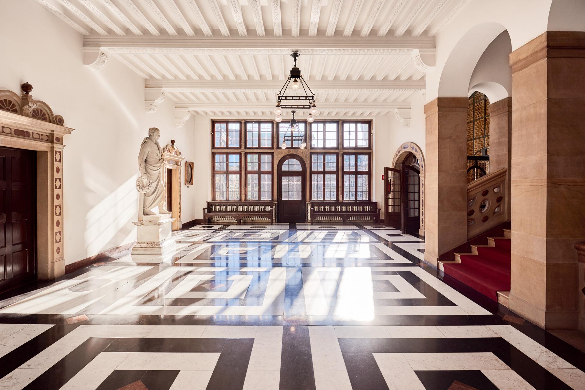 Innenansicht: Flur im historischen Bremer Rathaus mit Blick auf die bremische Bürgerschaft