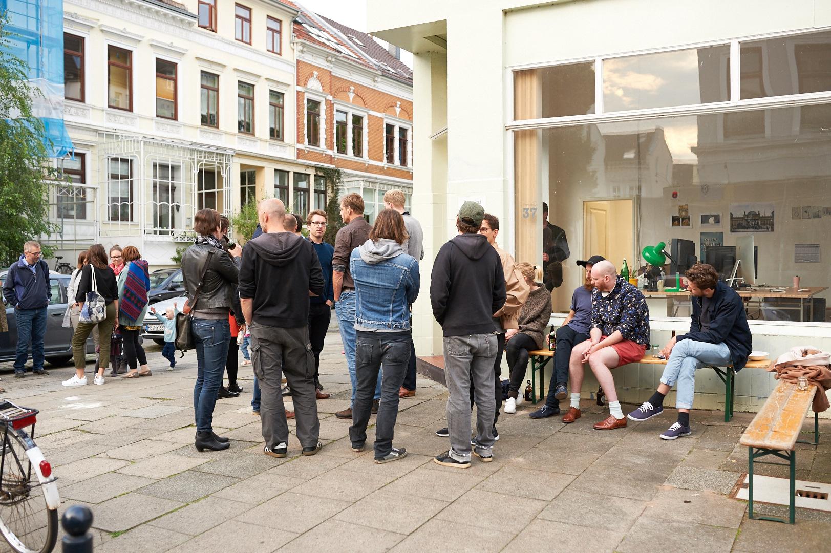 Außenansicht: Gäste beim Studio Warming vom Fotoatelier Herderstraße 37, Bremen