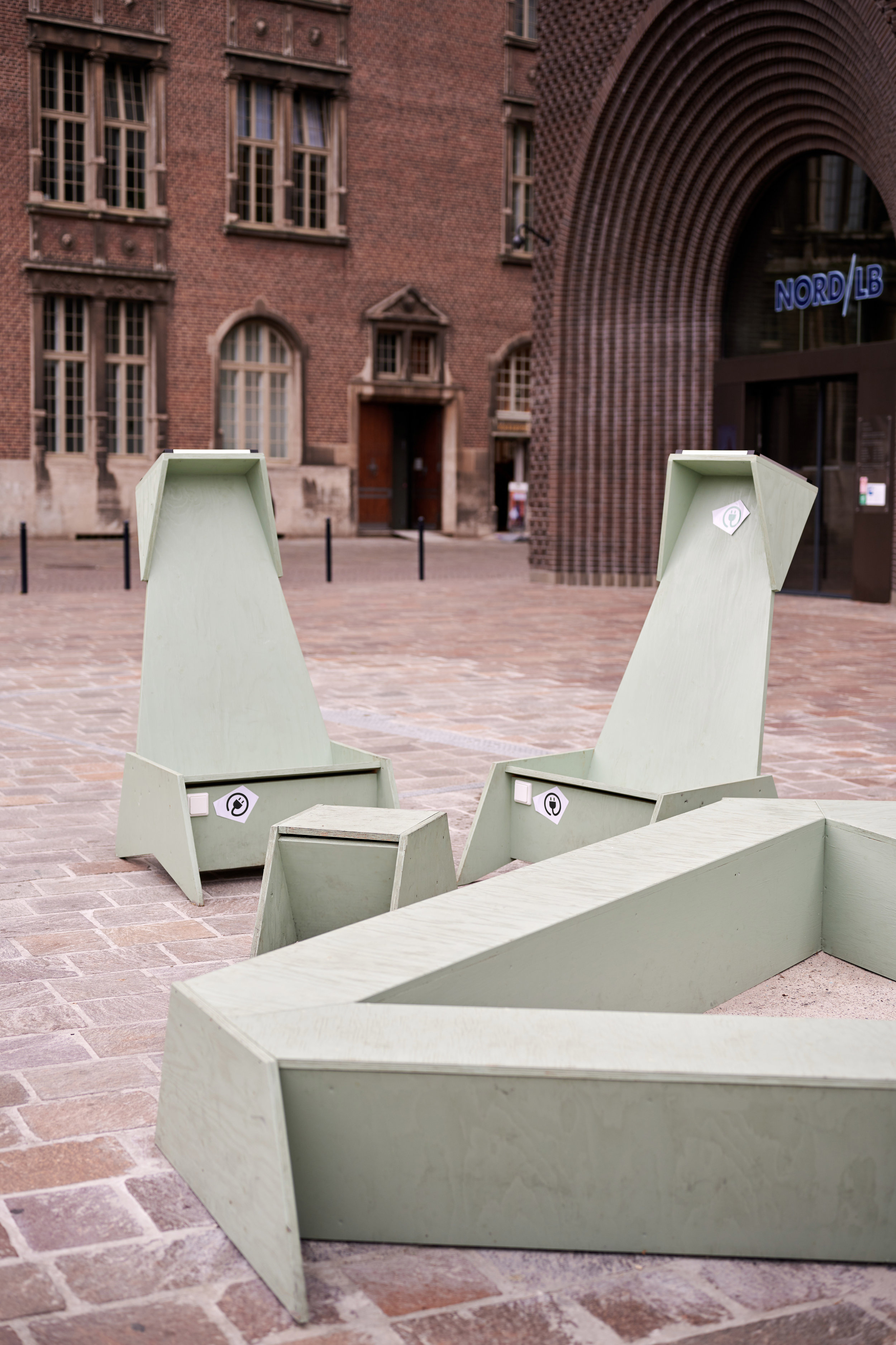 Image: Wirth=Architekten's public furniture with solar-powered battery-chargers on Bremen's central Domshof square
