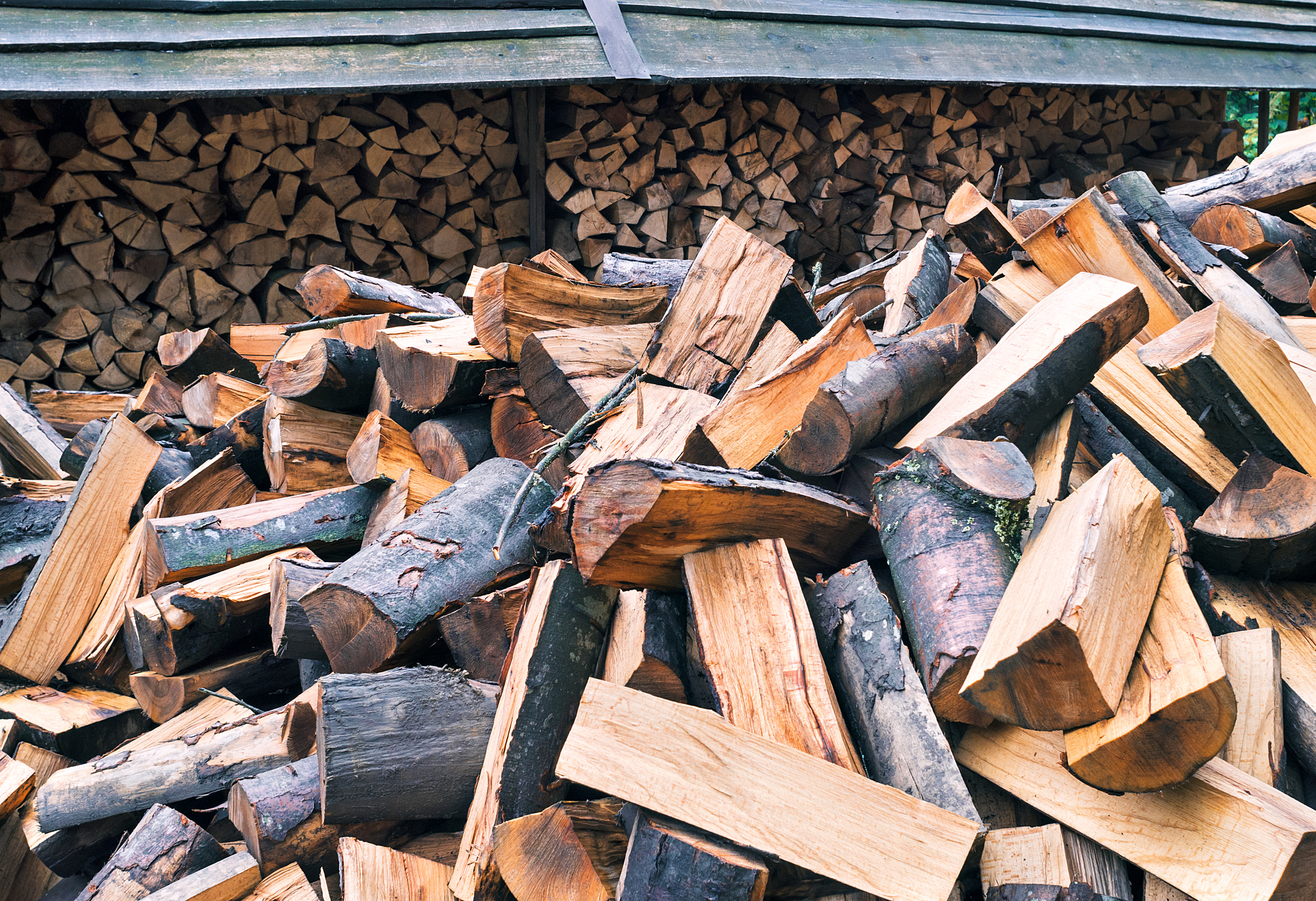 Woodchip and Logs - Tree surgeons have a duty of care to ensure that any waste they produce during the course of their work is safely disposed of. We are proud to say that 100% of our garden waste is recycled either by chipping, processing of taken to a recycling plant.