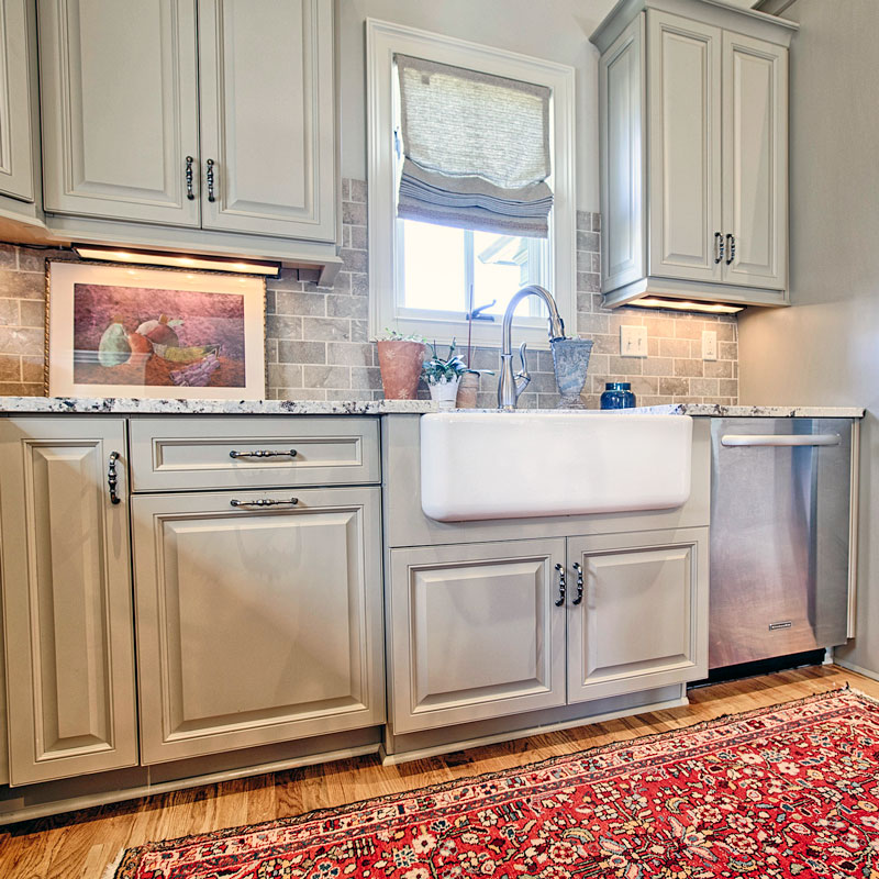 A fireclay farmhouse sin in the traditional kitchen.