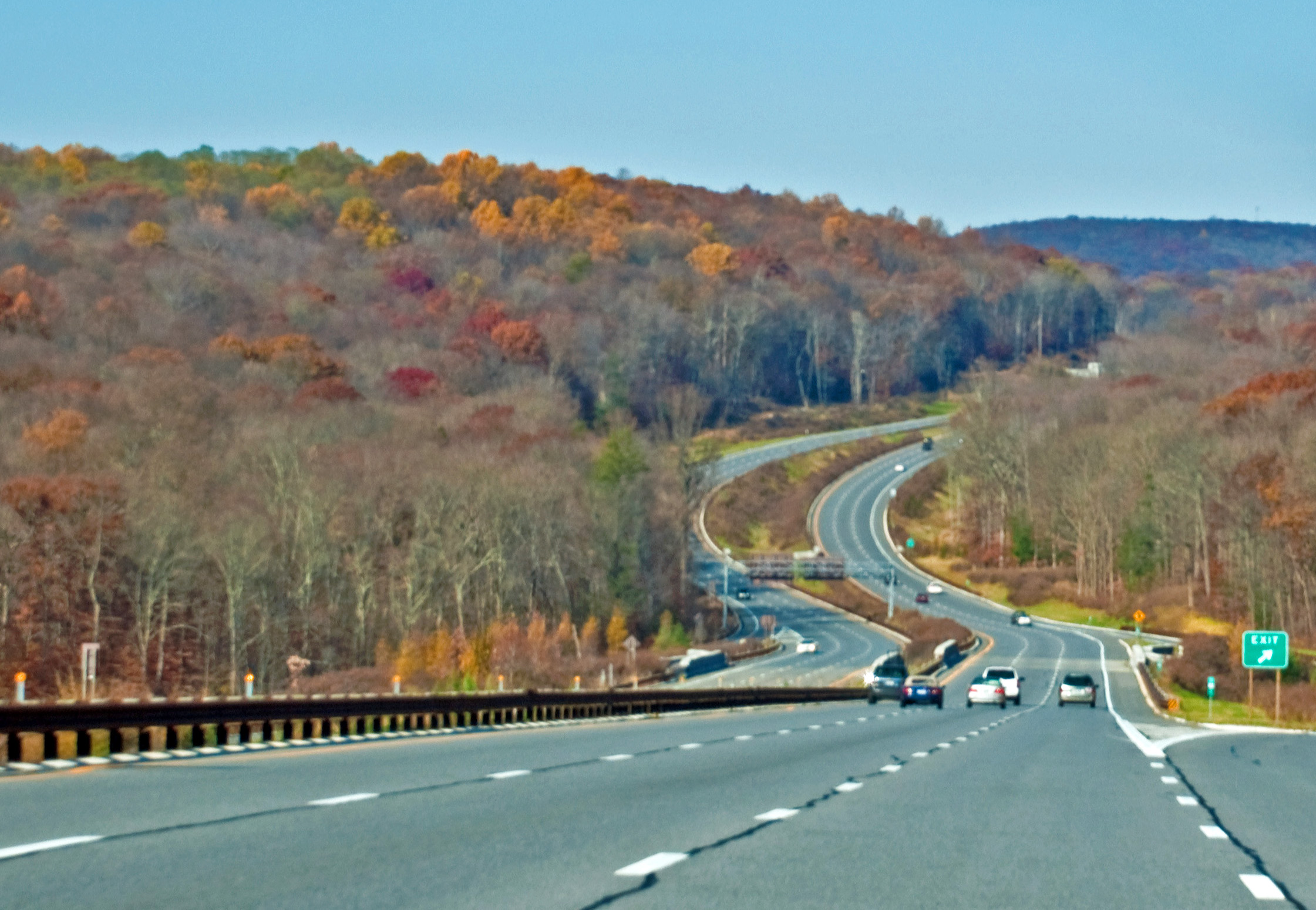 Taconic_State_Parkway_north_of_Bear_Mountain_Parkway_exit,_Yorktown,_NY.jpg