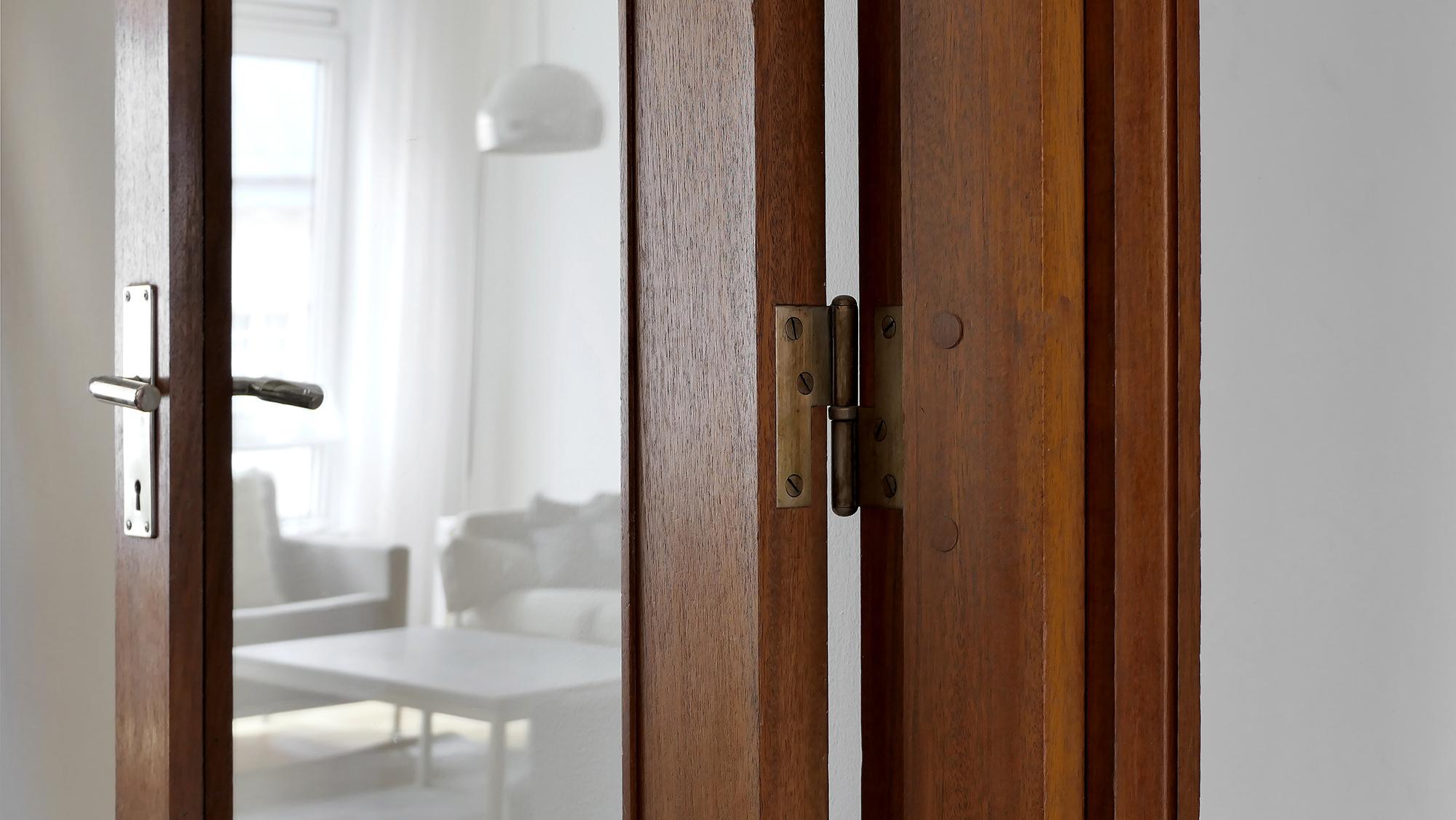 Interiör — originaldörrar i hondurasmahogny