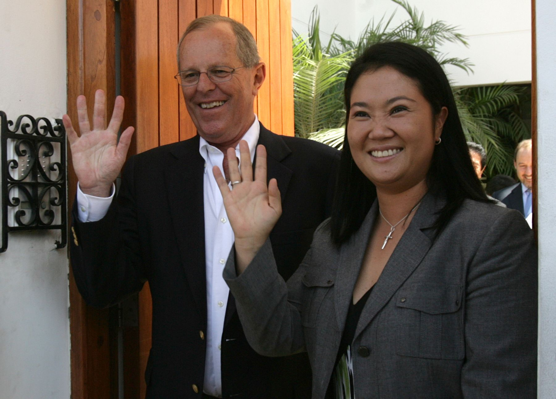 Pedro Pablo Kuczynski y Keiko Fujimori saludan juntos para una fotografía. Vía La Primera.