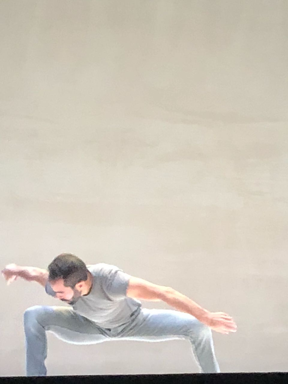 Yo creo en la formación de la danza a cualquier nivel porque significa que uno aprende a controlar sus impulsos y el mensaje. - Daniel Abreu ejecutando Cabeza. Pieza de su propia autoría en el Festival Internacional Cervantino.