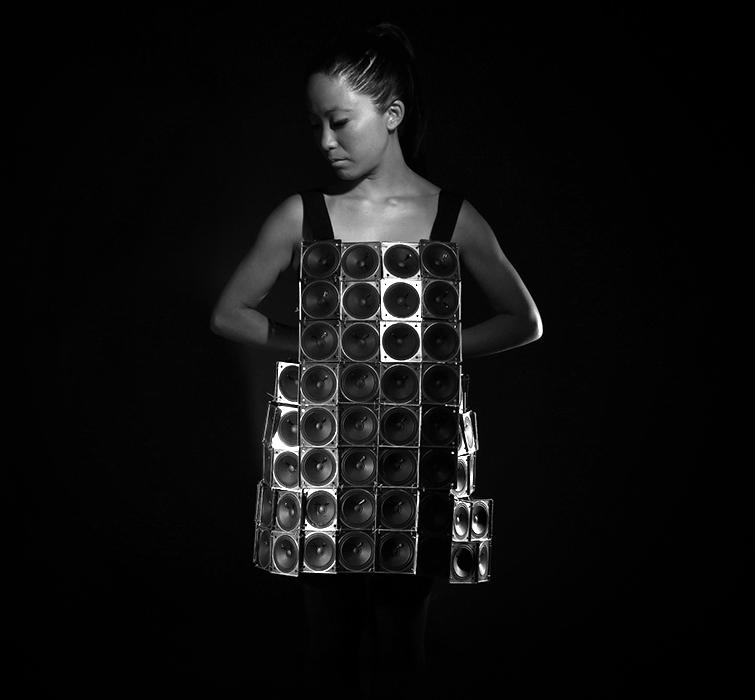 Pauchi Sasaki y su vestido experimental de sonidos. Se activan conforme el movimeinto de sus manos y se transmiten a altavoces. Foto: pauchisasaki.com