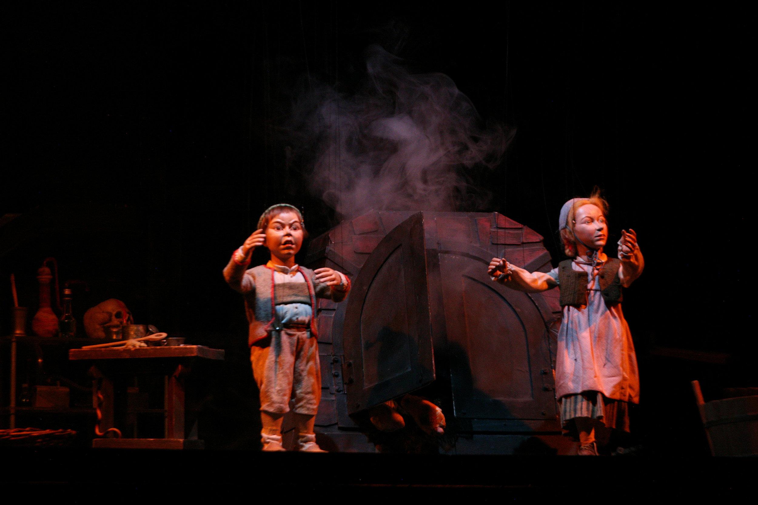 Hansel y Gretel le han ganado a la Bruja. Dejándola encerrada en el horno.