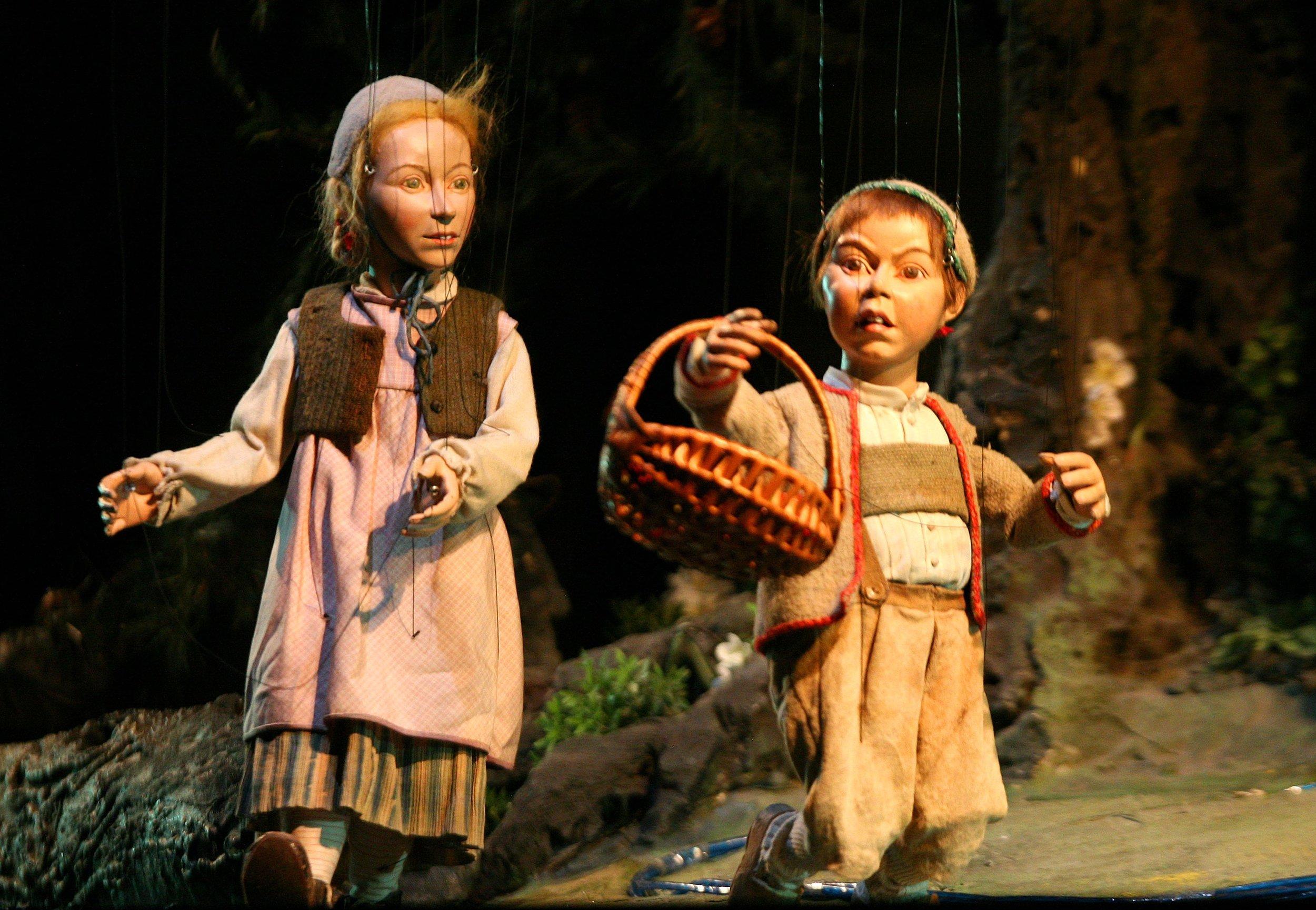 Gretel y Hansel caminando por el bosque