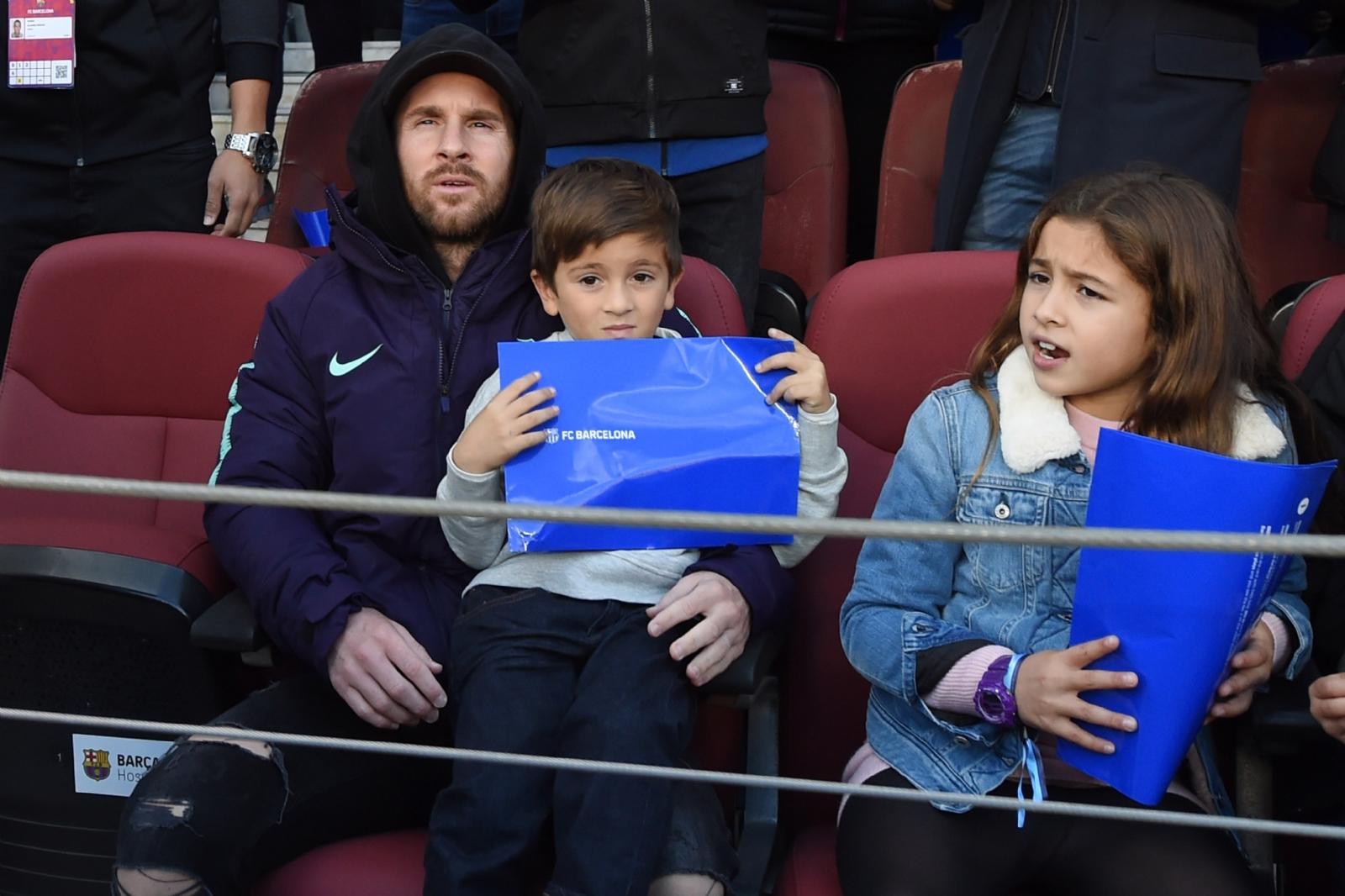 Leo y Thiago Messi disfrutan del partido en las tribunas del estadio Camp Nou. (FOTO VÍA: Canal 13 San Juan)