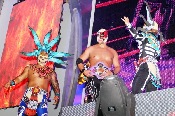 Huitzilopochtli presentando a Sansón como su luchador Foto: CMLL