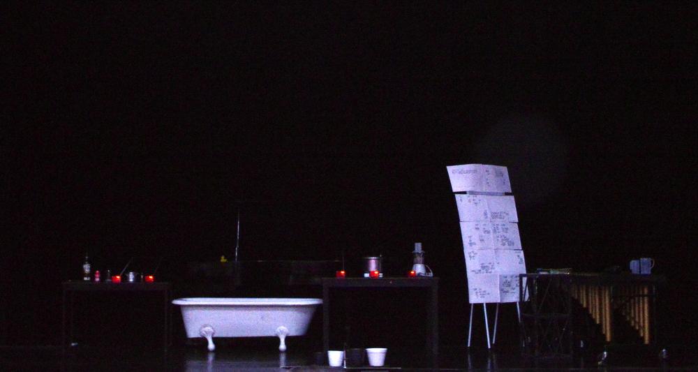 Escenario en el Teatro Maria Grever para la presentación de Water Walks por Katelyn King. Foto: Edgar Martínez