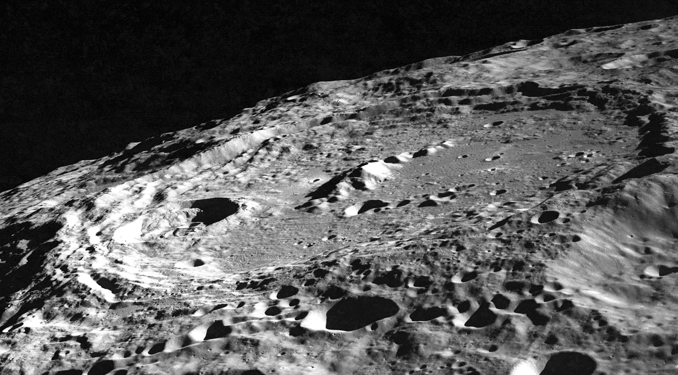 Keeler_crater_AS10-32-4823.jpg
