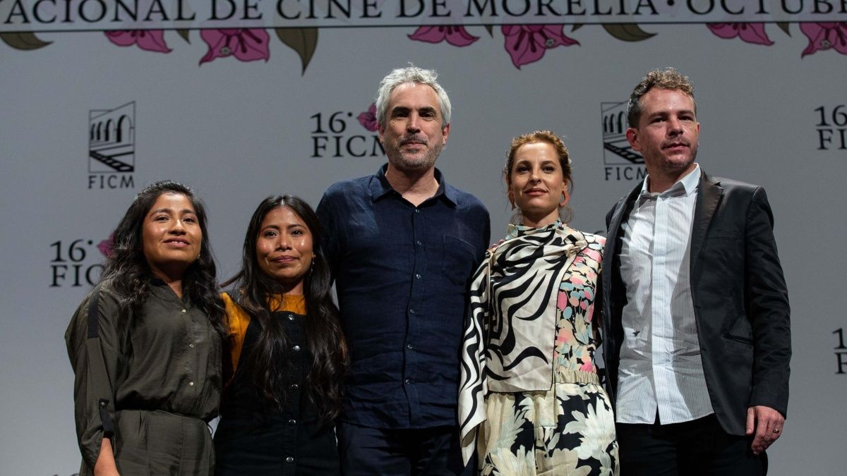 Parte del elenco de ROMA (último de izquierda a derecha) junto con el director Alfonso Cuarón (al centro). Imagen vía elinformador.mx.