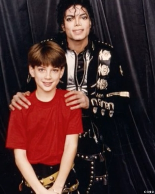 Michael Jackson y James Safechuck. Imagen: HBO