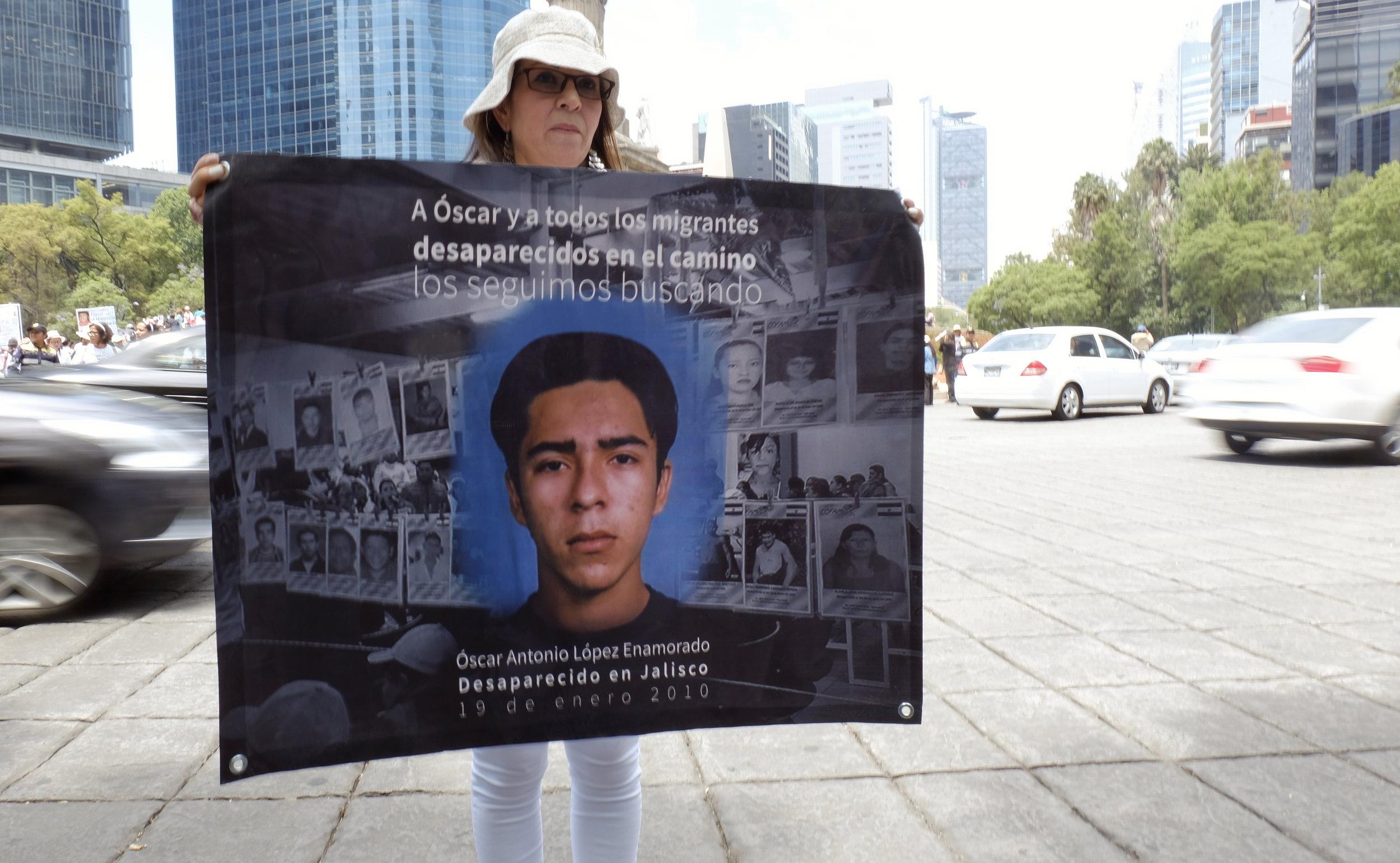 Ana Enamorado sostiene la foto de su hijo Oscar Antonio, migrante hondureño desaparecido en 2010 en Jalisco.  Foto: Paloma Robles / Quinto Elemento Lab