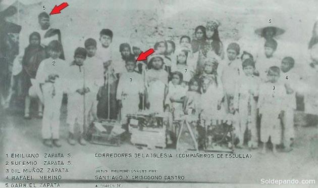 Unica foto conocida de Zapata niño, tomada en el atrio de la iglesia de Anecuilco. Señalados con rojo Emiliano Zapata niño y Gabriel Zapata, padre del revolucionario/ Foto via Sol de Pando