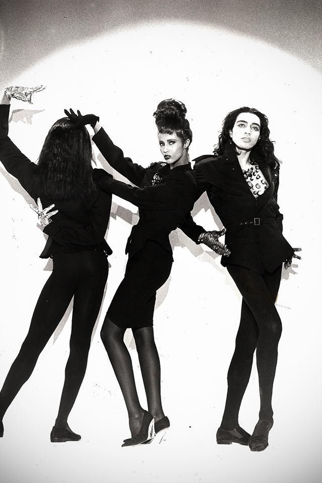 Willi Ninja (de los mayores exponentes del voguing) la modelo Iman y Adrian Alicea, en un desfile del diseñador Thierry Mugler, en 1989. Imagen vía Vanity Fair