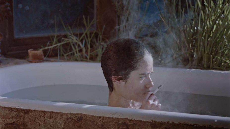 Escena de la cinta   Tarde para morir joven   ,  de Dominga Sotomayor.