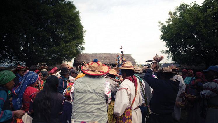En Chapala, los marakames entregan sus ofrendas mientras les cantan a los dioses. / Foto: EMILIOS GOUTAS