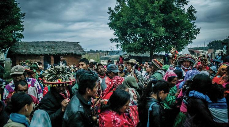 Pueblos indígenas de diferentes países se acompañan en la peregrinación de la comunidad wixarika. / EMILIOS GOUTAS