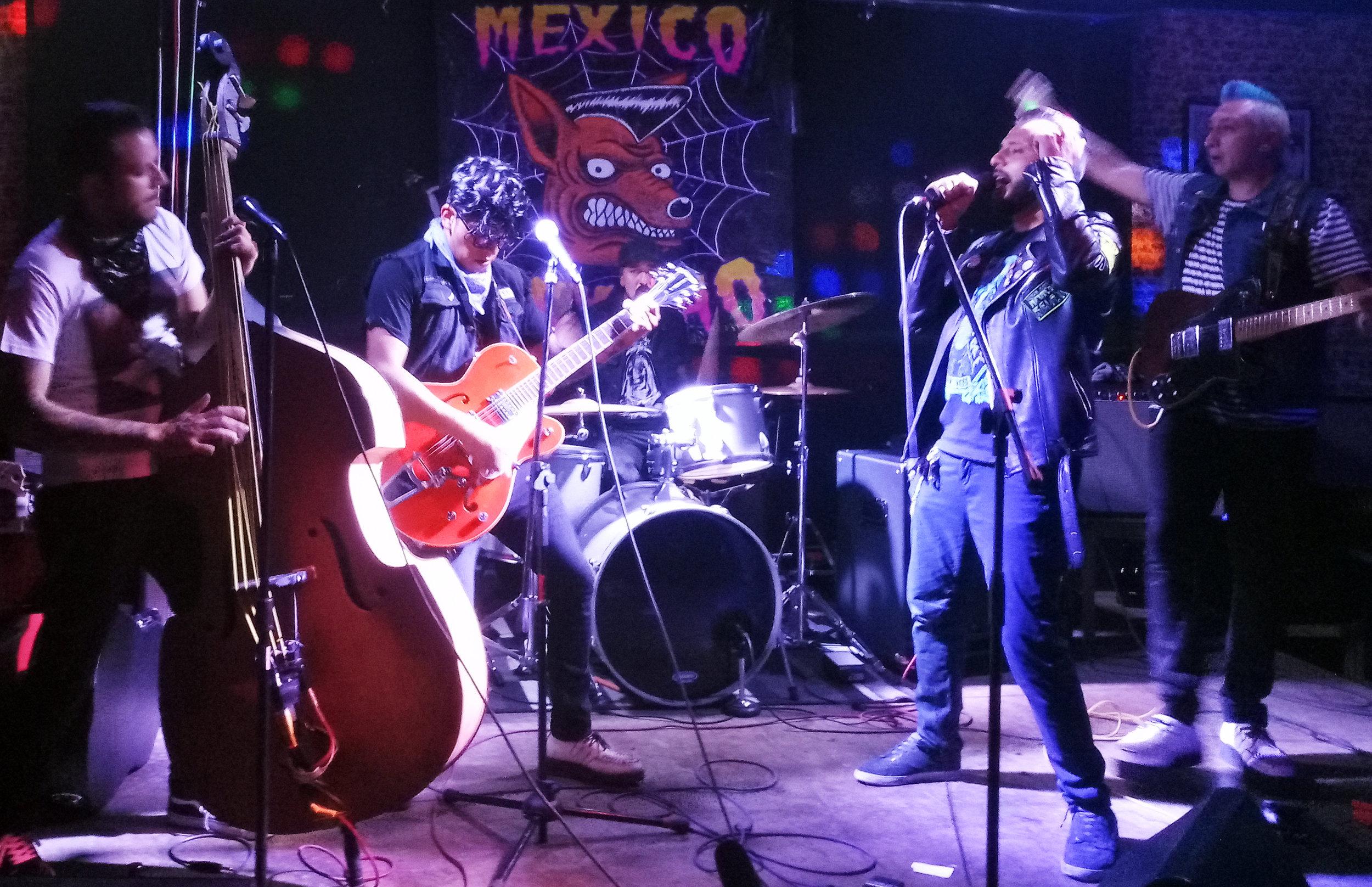 Mortis (cantante de Salidos de la Cripta) en el escenario con los Rockin' Crueles