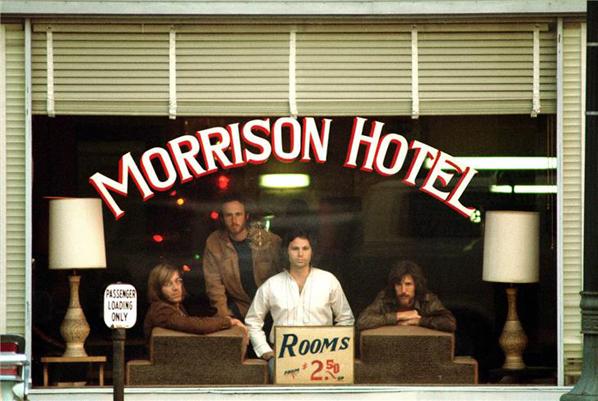 The Doors, fotografía que luego se convertiría en la portada de su álbum  Morrison Hotel , 1969. © Henry Diltz
