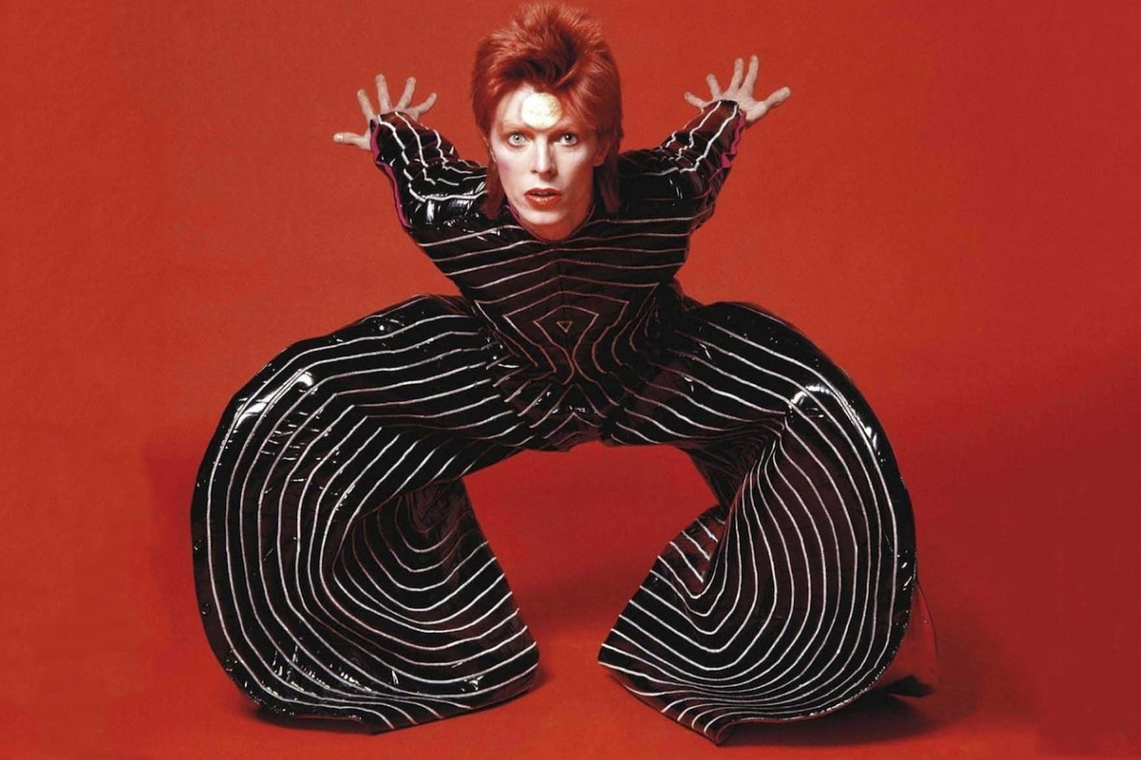 David Bowie vistiendo un diseño de Kansai Yamamoto, 1973 © Masayoshi Sukita