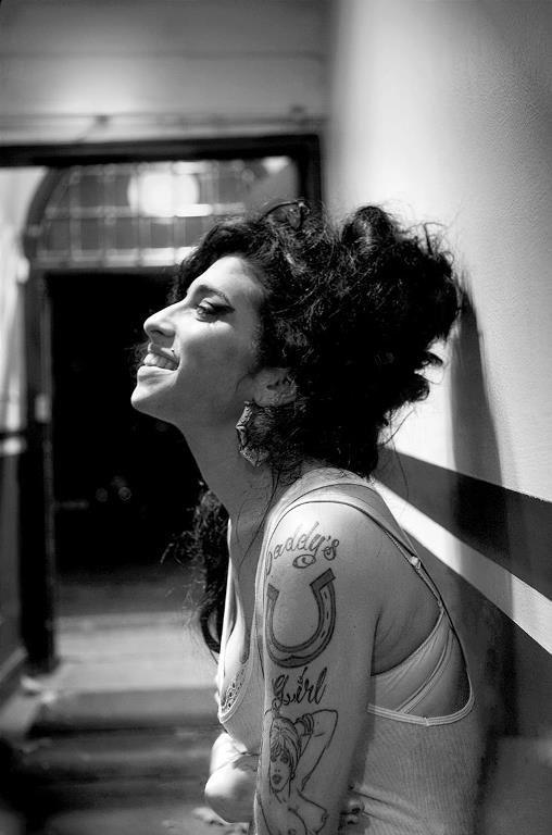 Amy Winehouse en el backstage de su concierto de Union Chapel, Londres, 2006. © Jill Furmanovsky