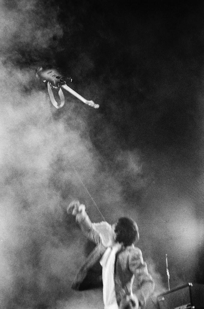 Pete Townshend de 'The Who' lanza su guitarra durante un concierto en Michigan, Estados Unidos. © Michael Ochs Archives