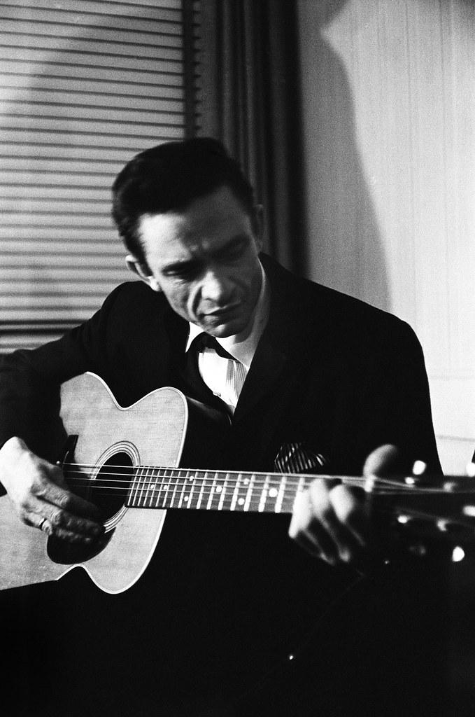 Johnny Cash preparándose para su concierto, New York, 1965. © Michael Ochs Archives