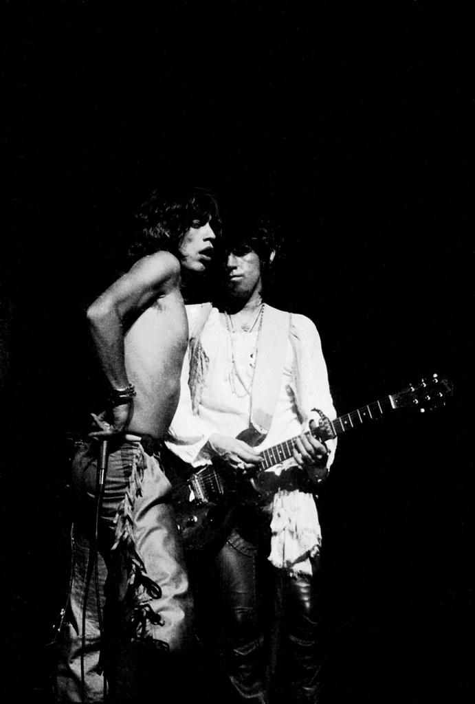Mick Jagger y Keith Richards durante un concierto de los Rolling Stones, Inglaterra, 1976. © Steve Woods