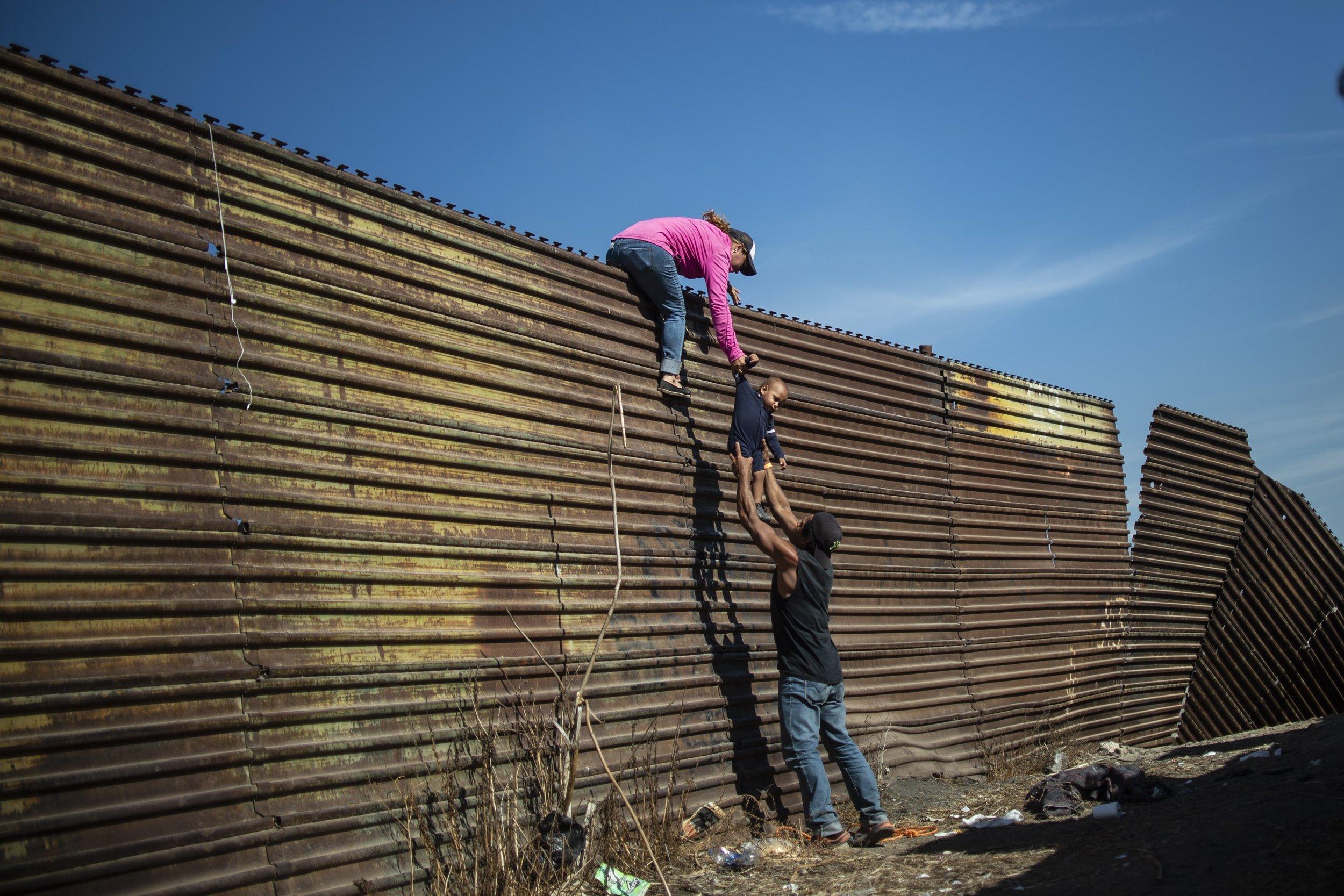 ©  Pedro Pardo , Climbing the Border Fence /  World Press Photo 2019.