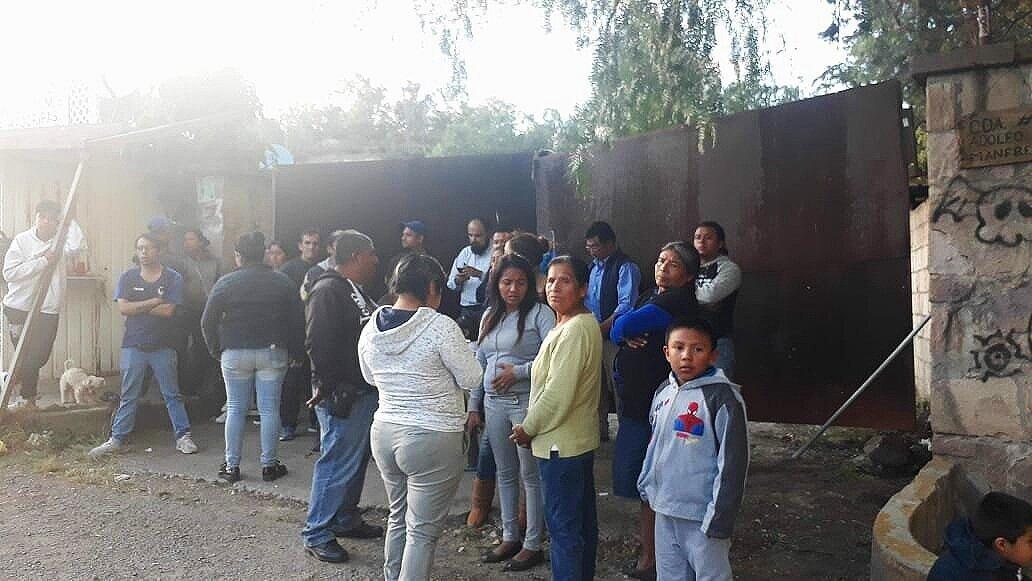 """Personas desalojadas frente al predio de """"La Pedrera"""". Foto: Centro de Derechos Humanos Zeferino Ladrillero."""