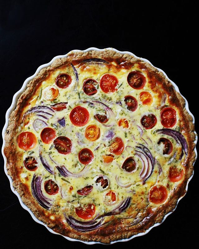 TOMATO, RED ONION AND PECORINO QUICHE 🍅🌞 This eye candy is an all-season darling - a perfect rustic treat in colder months as well as a delicious companion for picnic and lake trips on days of sunnier weather. It can be enjoyed fresh from the oven or cold, on its own or paired with a crunchy green salad.