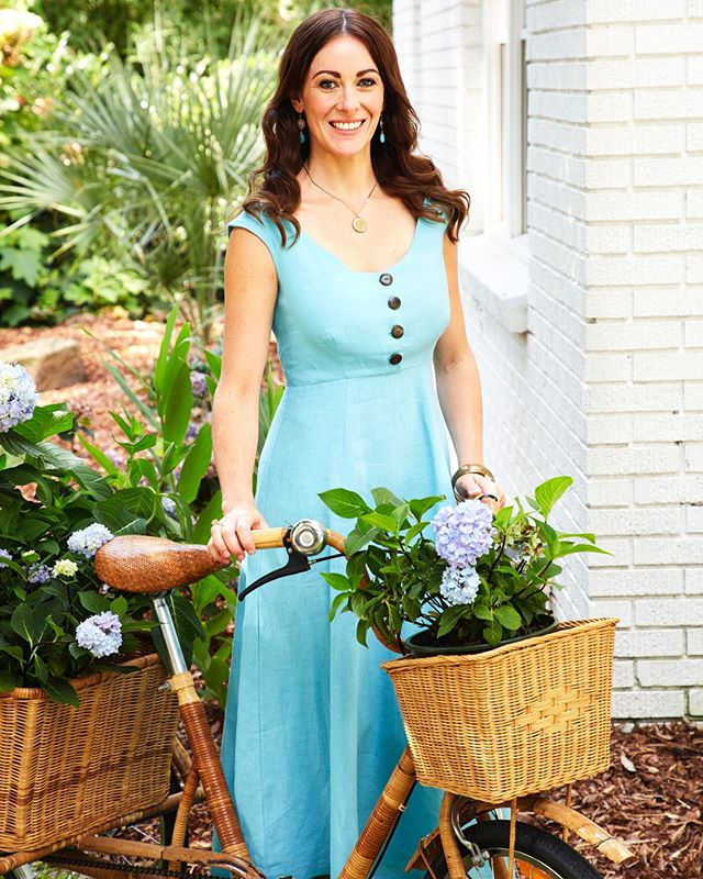 Cruising through the week like a...hydrangea farmer 😆 If you see me coming, watch out! There is absolutely no turning radius on this bike👀 @housebeautiful 📸 @annieschlechter