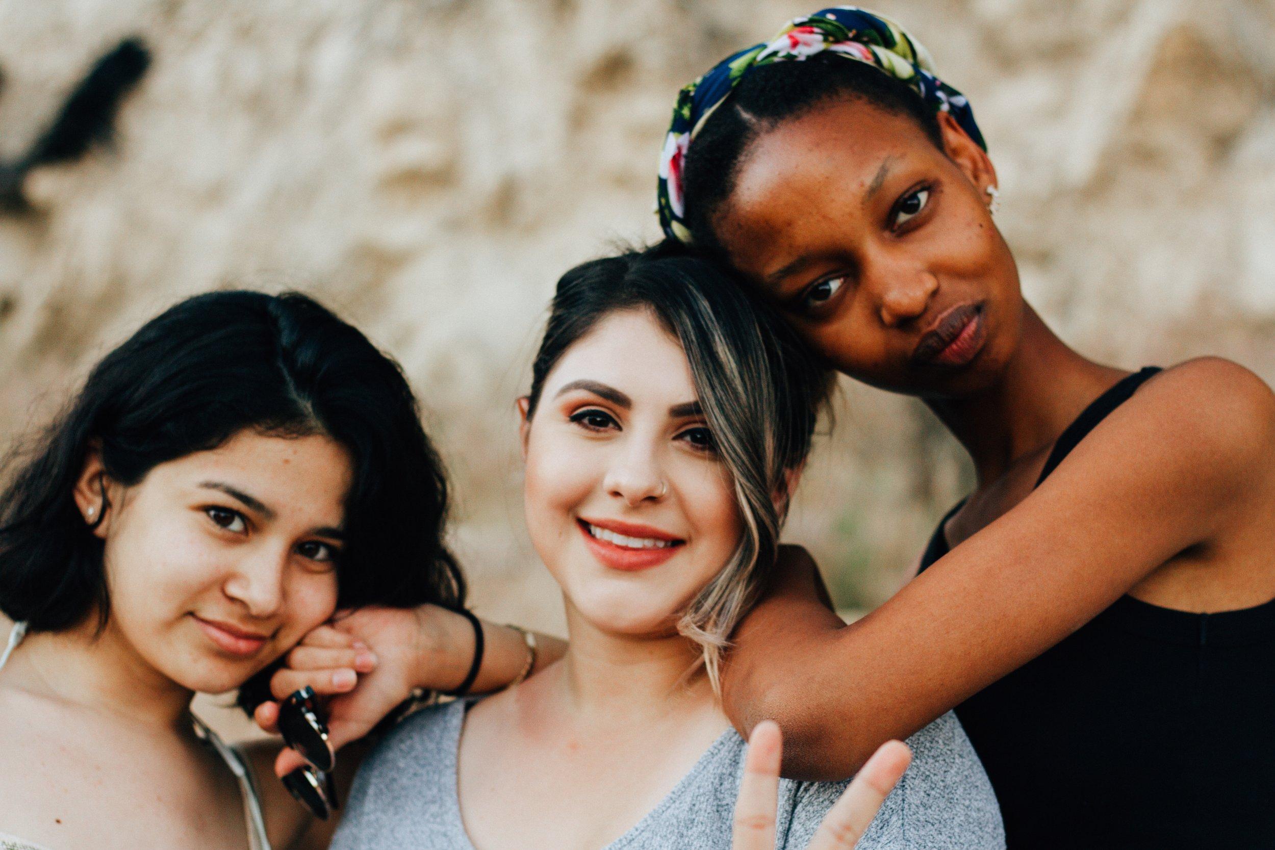 """Mientras más nos queremos, menos vemos a la compañera como una amenaza. - Decía Juliet Mitchell, psicoanalista feminista, """"mujeres contra mujeres, la trampa del patriarcado."""" En la medida en la que estamos constantemente compitiendo, menos energía estamos dirigiendo hacia aquellas situaciones que la sociedad debe cambiar. Sin embargo, mientras más amor propio practicamos, menos competimos (por ende, colaboramos más), y así dirigimos todos nuestros esfuerzos a derrocar la sociedad patriarcal que nos oprime a todas."""