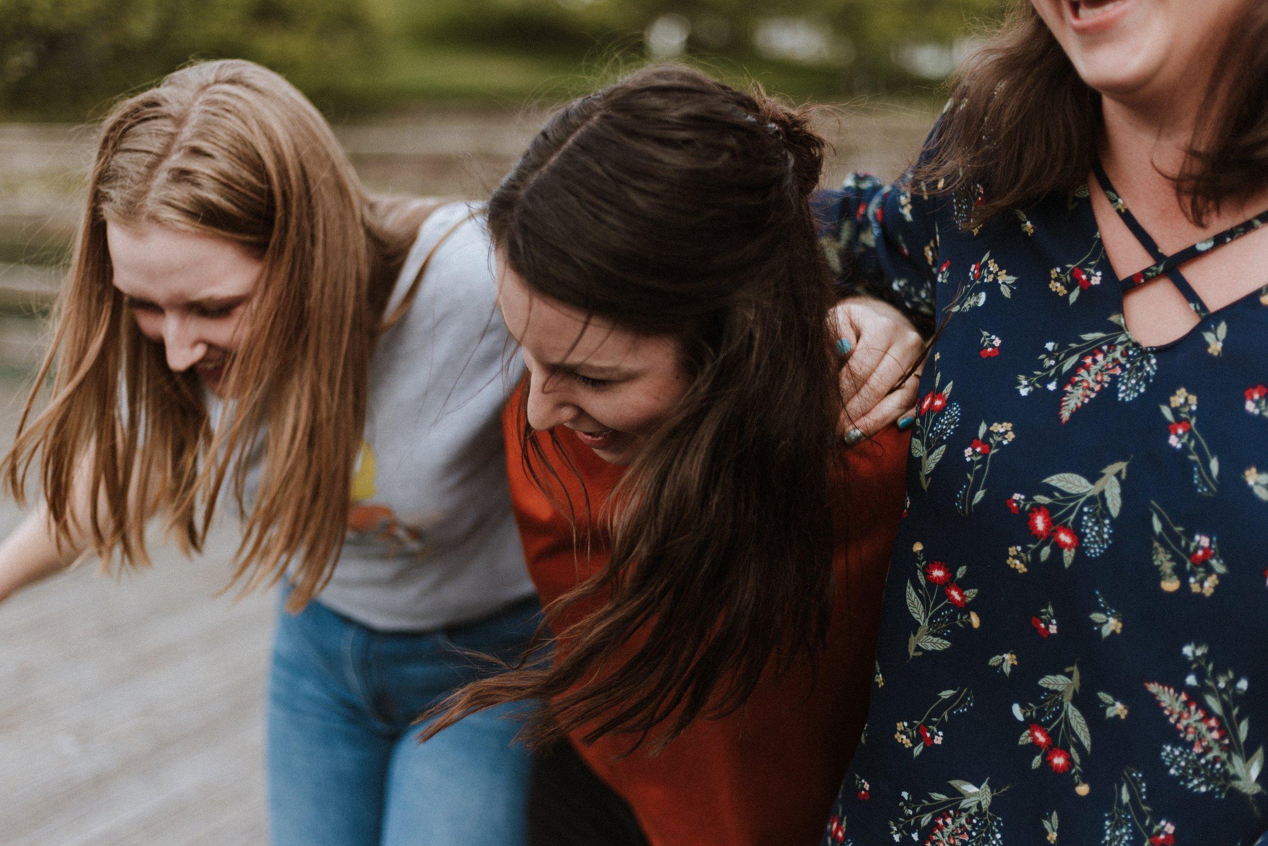 1. Practican la sororidad. - Ya he escrito anteriormente de la sororidad (puedes leerlo aquí). Pero, básicamente, se refiere al concepto de hermandad entre mujeres. La sociedad insiste en compararnos y competir, y que tu hija se involucre en STEM –por la naturaleza de las actividades– también le exige poner en práctica estas habilidades de hermandad. Las cuales son cruciales para avanzar el movimiento feminista.
