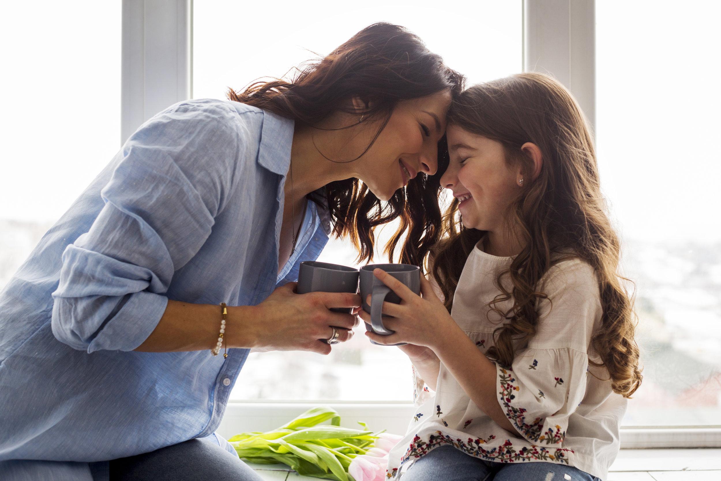 Colaboración - Otra de los puntos importantes, que tiene relación con el que acabo de enlistar, es la colaboración. Nuestros niños y niñas están creciendo en un tiempo donde tienen la información al alcance de los dedos. Es posible que encuentren algo en Google con mayor facilidad que nosotros/as, pero es nuestra responsabilidad enseñarles a diferenciar qué es contenido verídico y qué no. Qué es una fuente confiable y qué no. Y eso solo lo podemos hacer a través de la colaboración.