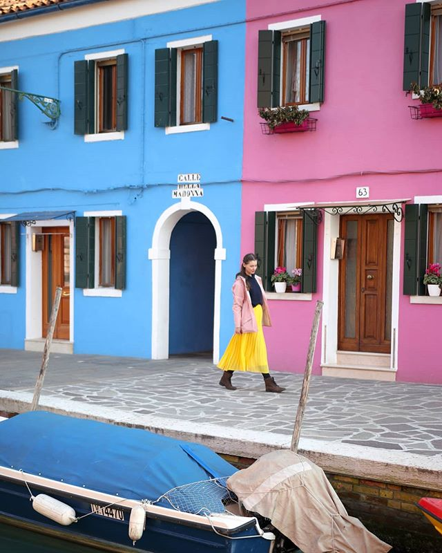 Hello from Burano, Venice 😘 I always wanted to wear my yellow skirt to this colorful island and the 5° weather wasn't going to stop me stop me 😂