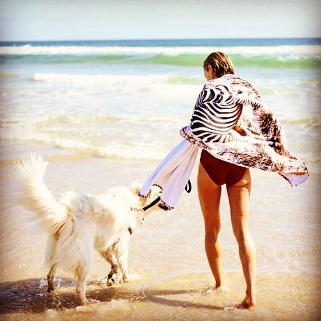 First day of summer ....! Thinking of holidays and up coming travel.... with @travelswithnina rocking the Mohawk Zebra towel ! Re ordering now as it's already #soldout ! #vistautopiatowels