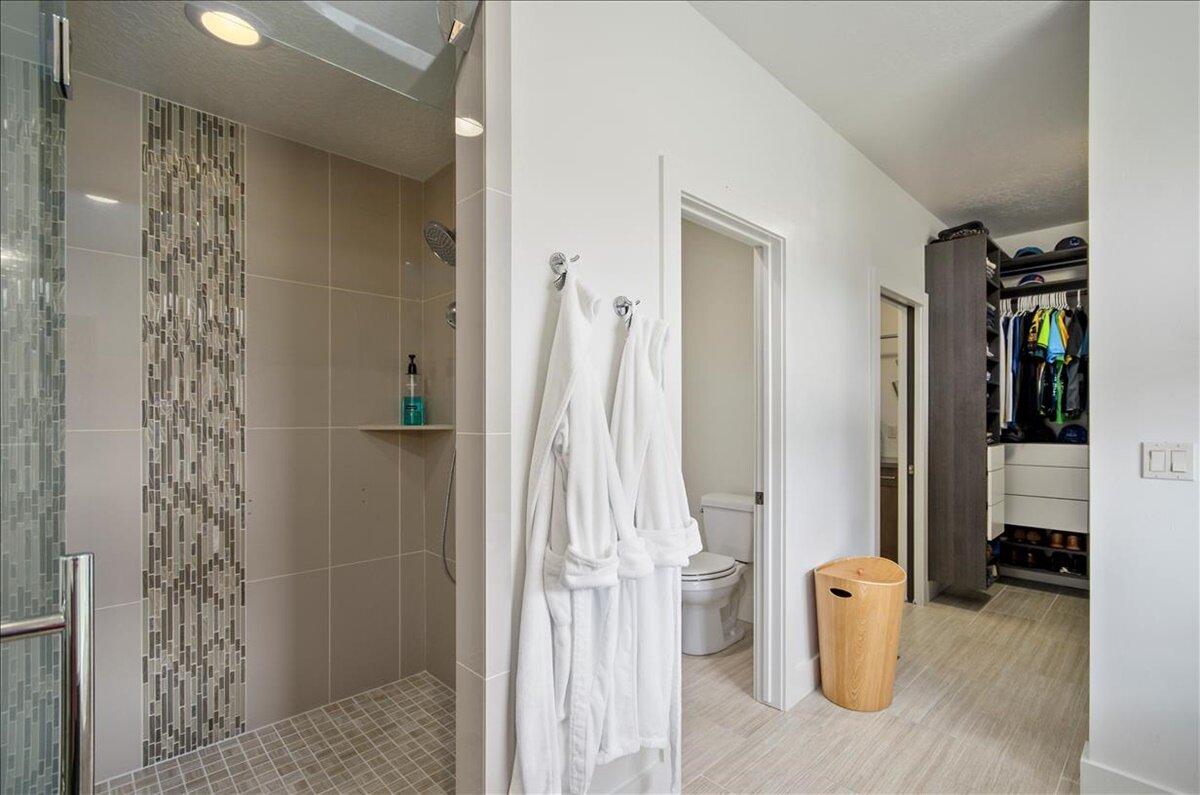 20-Master Bathroom.jpg