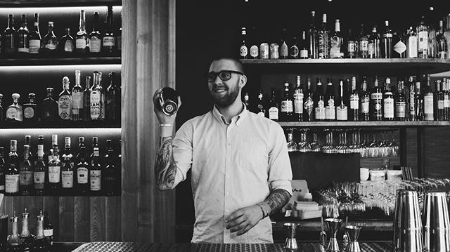 A F T E R W O R K • Från 16:30. Kom förbi, det blir kul.  Bakom skivspelaren - Andreas Höistad  #📀 #restaurangnabo #stockholm #afterwork #hallonklubben #🍸
