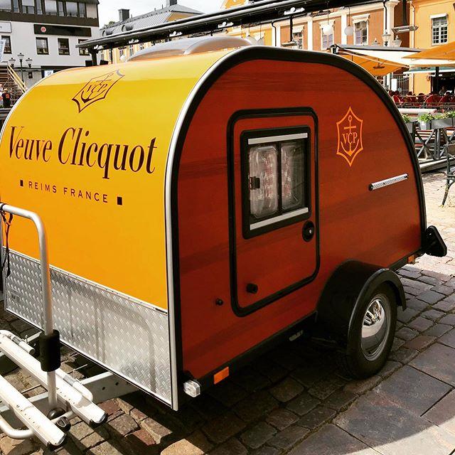 🥂🍾☀️Champagnefredag deluxe på Uteserveringen idag, fredag 19 juli.  Veuve Clicqout Karavanen gästar Uteserveringen och kommer servera Veuve Clicqout Brut samt Veuve Clicqout Rosé till champagnetörstiga gäster.  Kom förbi! 👋🏻👌🏻👏🏻
