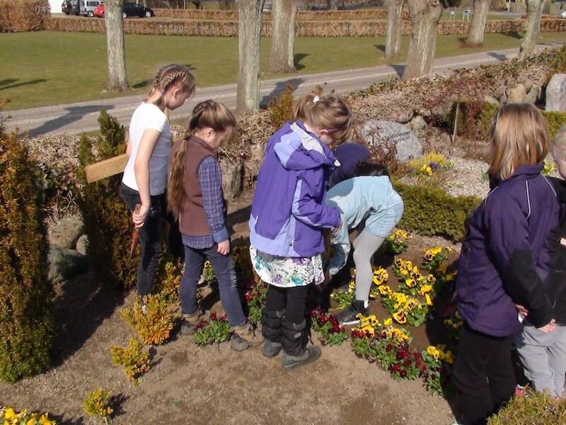 Børnene planter på graven kopi.jpg